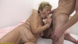 Haarige alte Oma wird von ihren jungen Partner gefickt